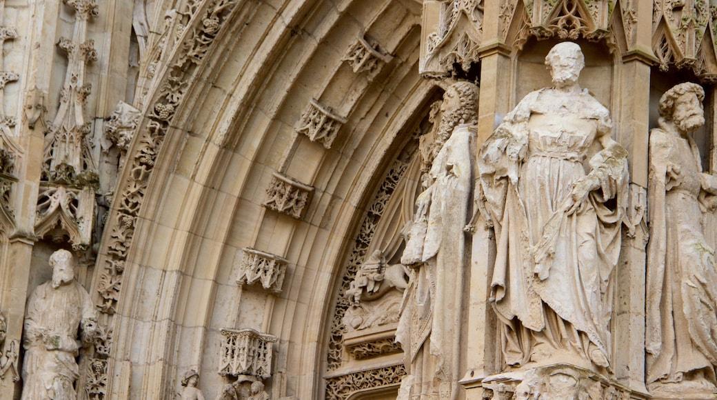 Cathédrale de Saint-Vulfran montrant patrimoine historique, statue ou sculpture et église ou cathédrale