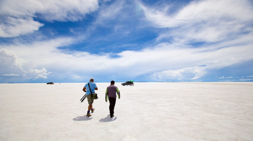 Salar de Uyuni featuring tranquil scenes as well as a small group of people