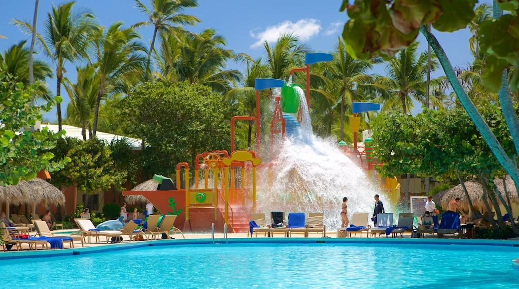 Praia de Arena Gorda que inclui um parque aquático