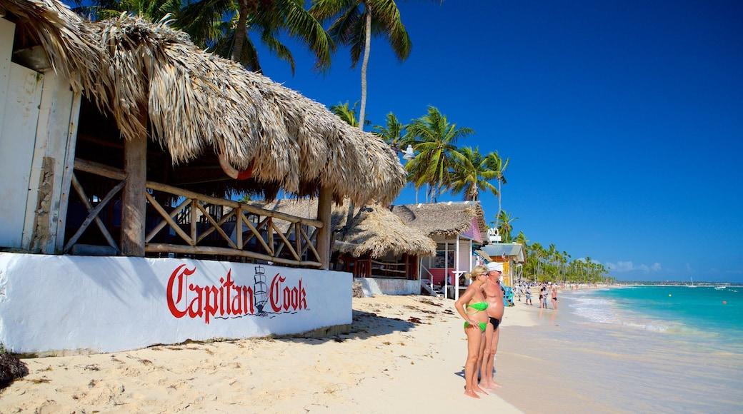 Praia de Cortecito caracterizando um bar na praia e uma praia de areia assim como um casal