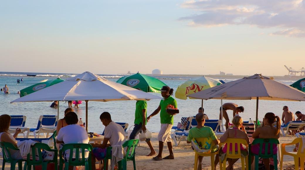 République dominicaine montrant plage de sable aussi bien que petit groupe de personnes