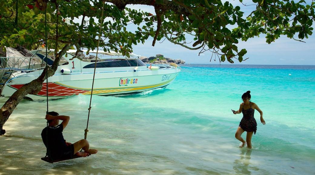 อุทยานแห่งชาติเกาะสิมิลัน ซึ่งรวมถึง ชายหาด ตลอดจน คนกลุ่มเล็ก