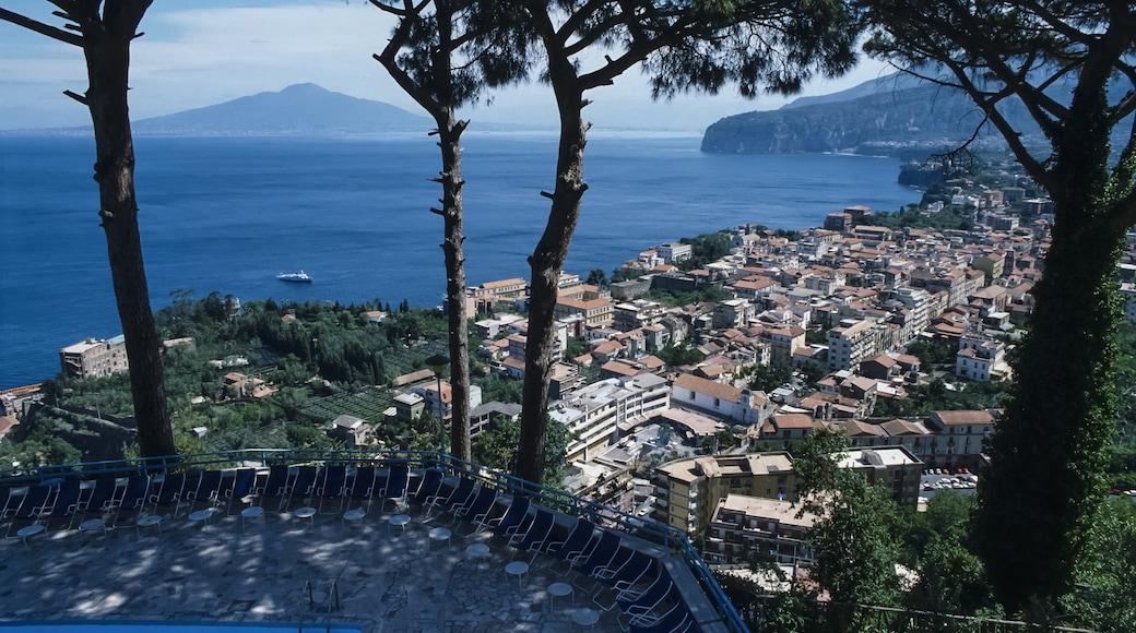 Salerno mostrando località costiera, vista della costa e vista
