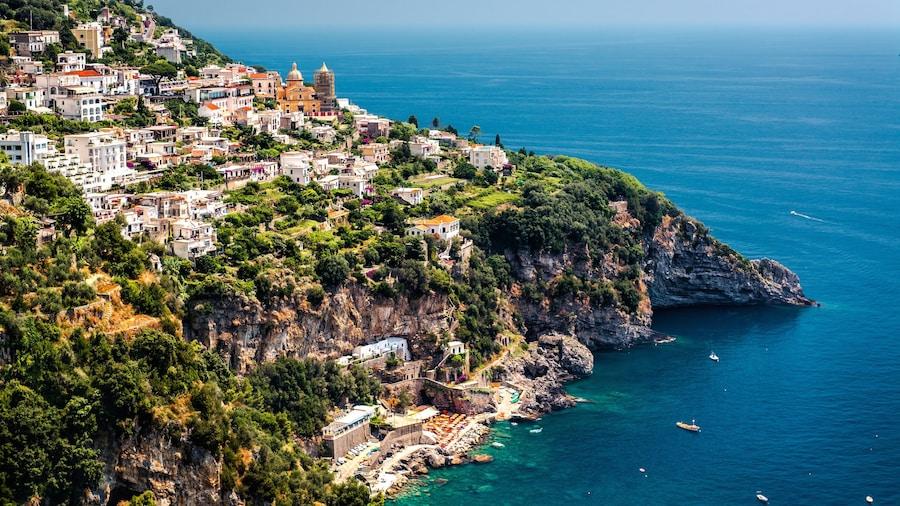 Salerno inclusief een kuststadje en rotsachtige kustlijn