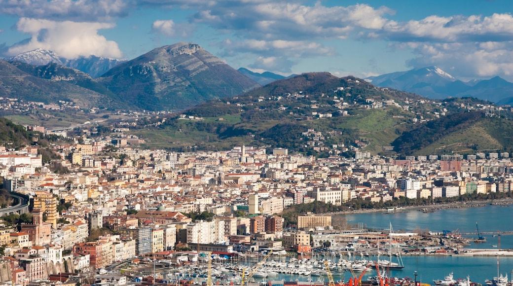 Salerno caratteristiche di località costiera e vista del paesaggio