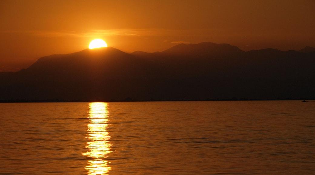 Peschiera del Garda welches beinhaltet Sonnenuntergang und allgemeine Küstenansicht