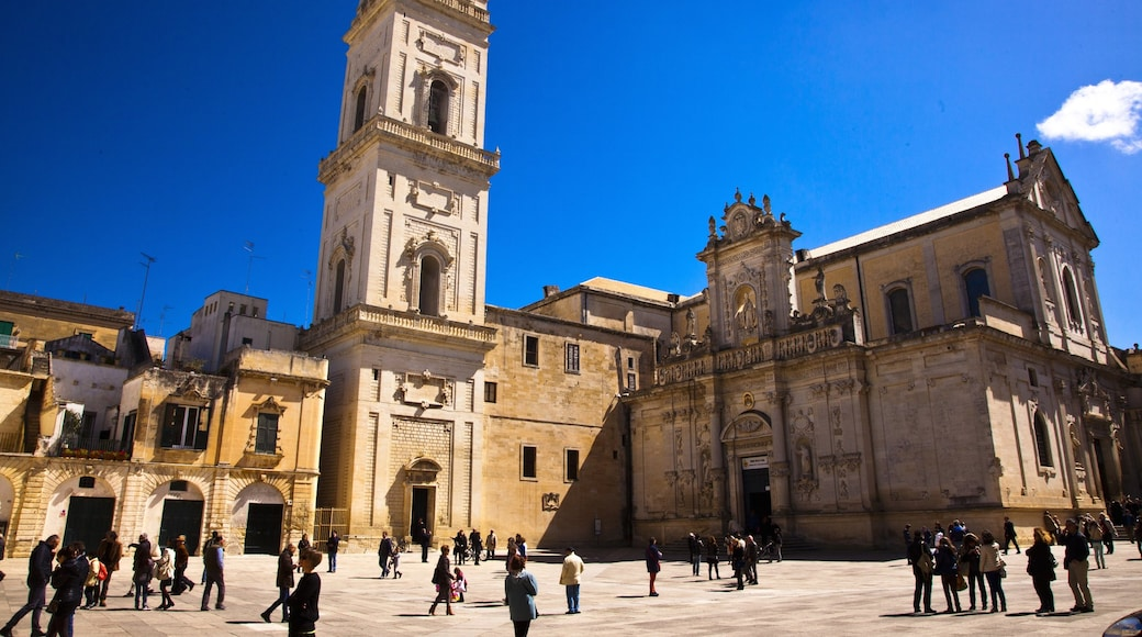 Lecce qui includes patrimoine architectural et square ou place aussi bien que important groupe de personnes