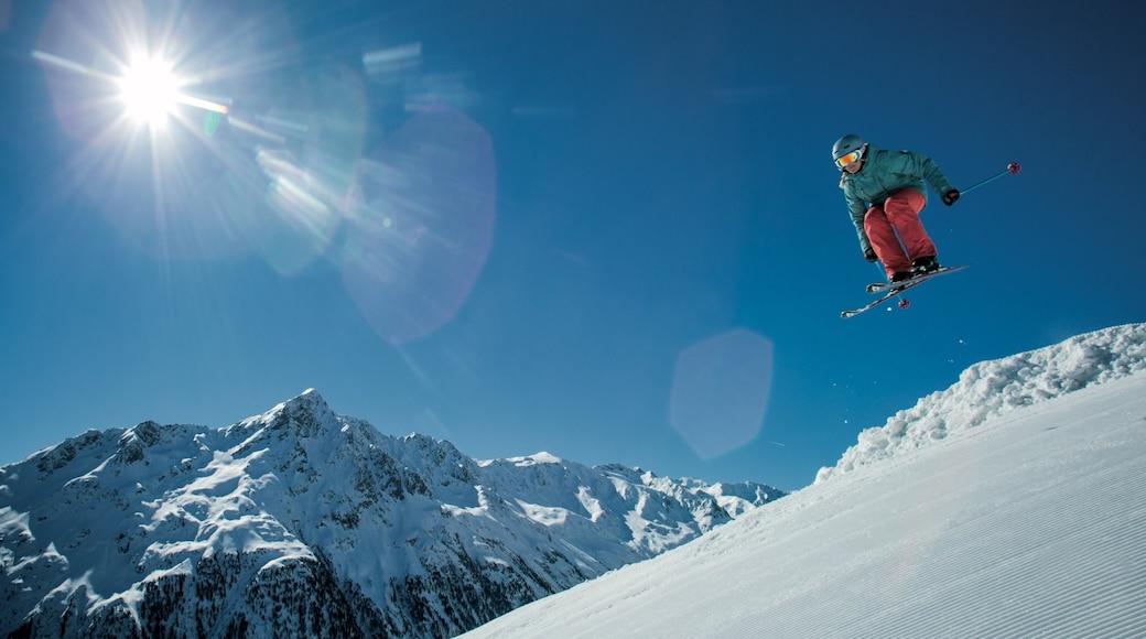 Tirol som inkluderar snö, berg och utförsåkning