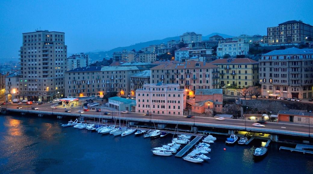 Savona caratteristiche di località costiera, paesaggio notturno e porto turistico