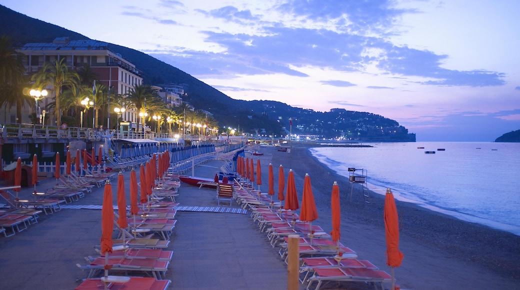 Savona mostrando spiaggia sabbiosa e paesaggio notturno