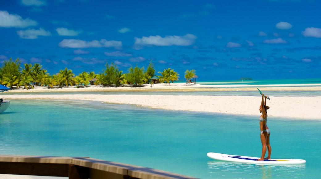 Aitutaki welches beinhaltet Strand und Wassersport sowie einzelne Frau