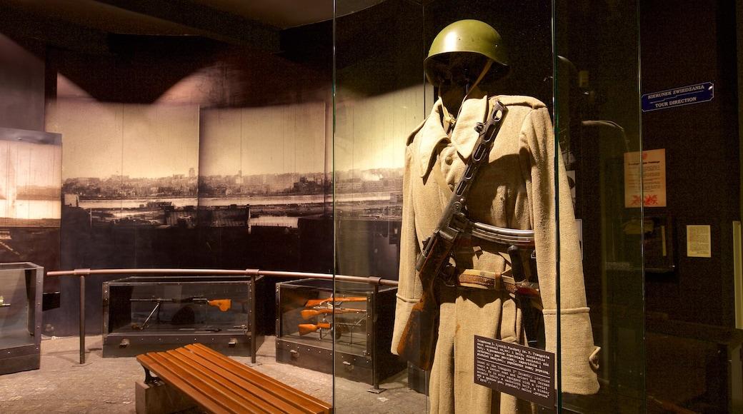 Varsovan kapinamuseo joka esittää sotilaskäyttöön tarkoitetut esineet