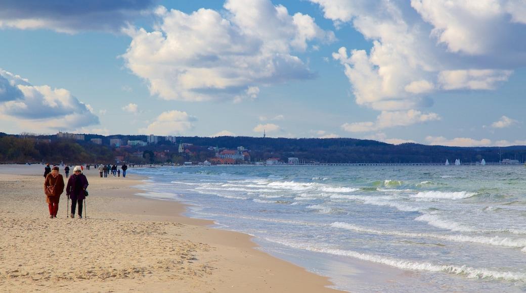 Plage de Jelitkowo montrant plage aussi bien que petit groupe de personnes