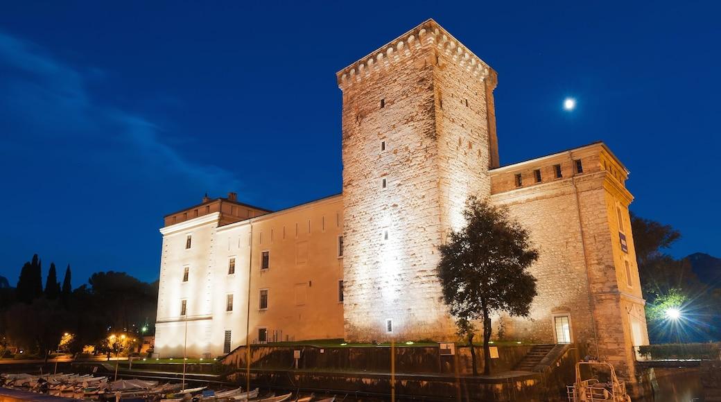 Riva del Garda welches beinhaltet bei Nacht und Burg