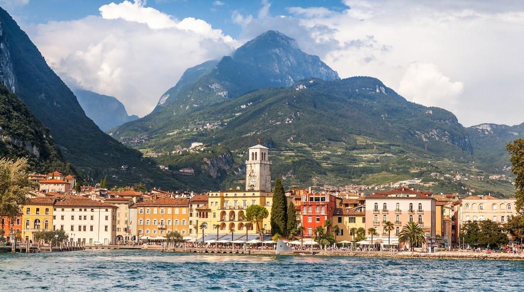 Riva del Garda che include fiume o ruscello e montagna