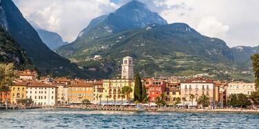 Riva del Garda das einen Berge und Fluss oder Bach