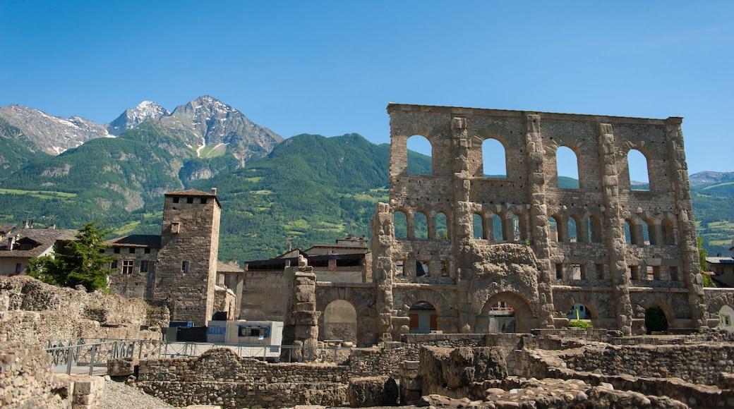 Aoste montrant bâtiments en ruines, montagnes et patrimoine historique