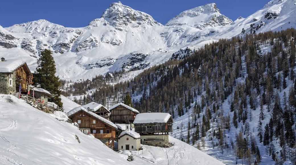 Aoste montrant montagnes, hôtel ou complexe de luxe et neige