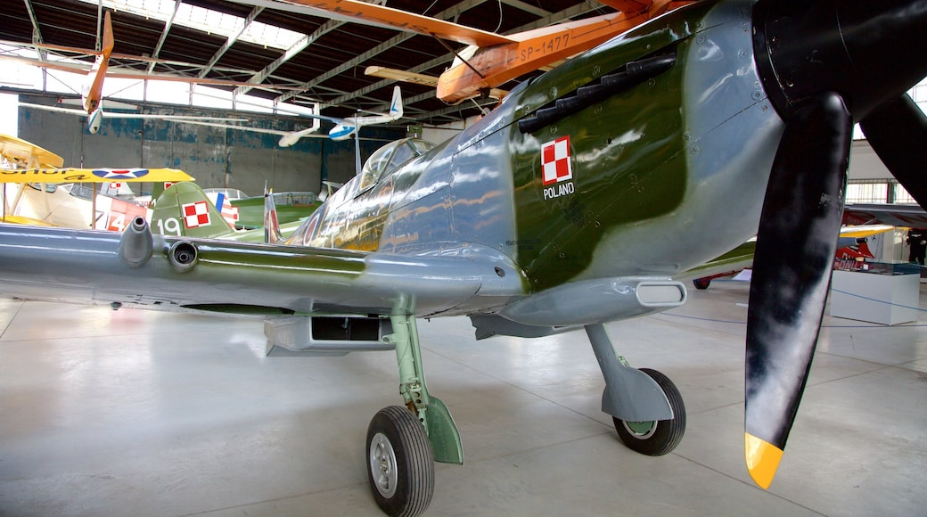 Puolan ilmailumuseo johon kuuluu sisäkuvat