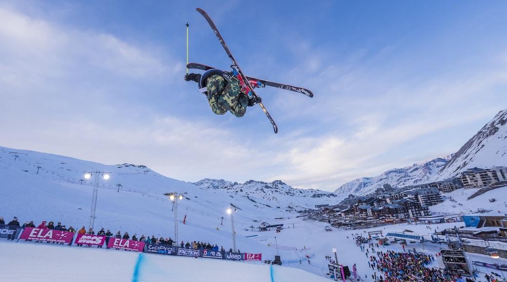 Stazione sciistica di Tignes che include sci, evento sportivo e neve