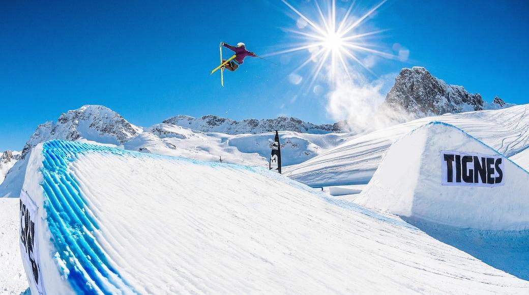 Stazione sciistica di Tignes che include neve e sci