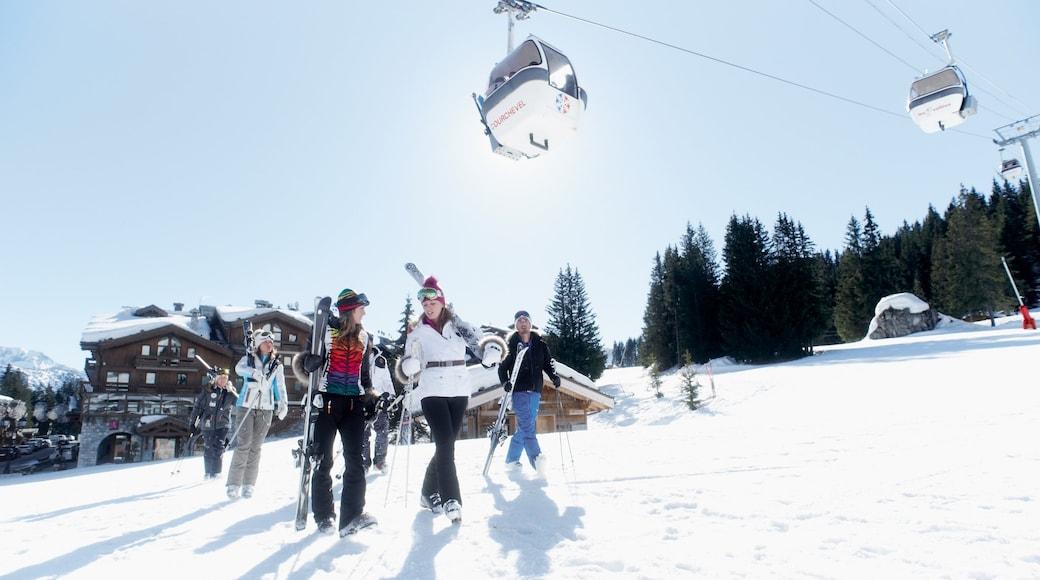 Domaine skiable de Courchevel qui includes gondole et neige aussi bien que petit groupe de personnes