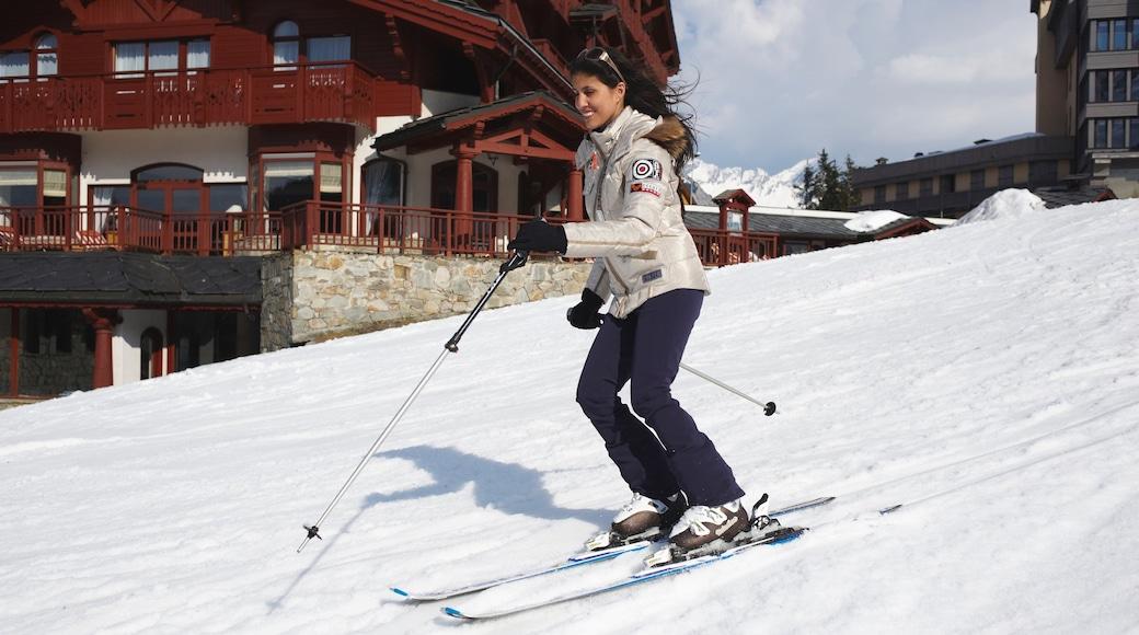 Domaine skiable de Courchevel montrant neige et ski aussi bien que femme