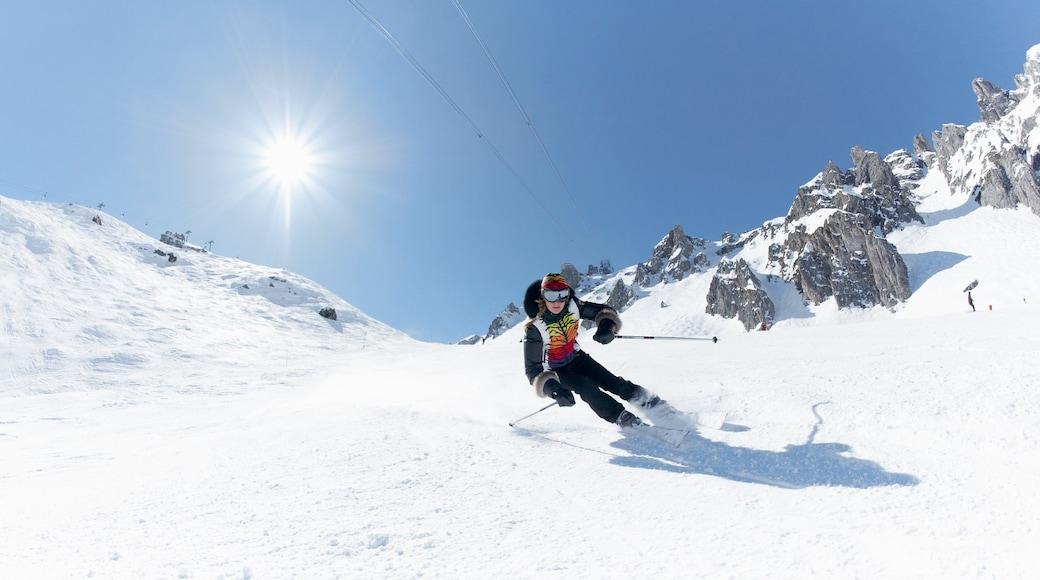 Domaine skiable de Courchevel montrant ski et neige aussi bien que homme