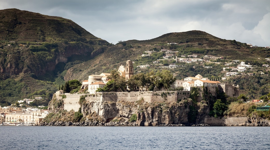 Lipari showing a city and heritage elements