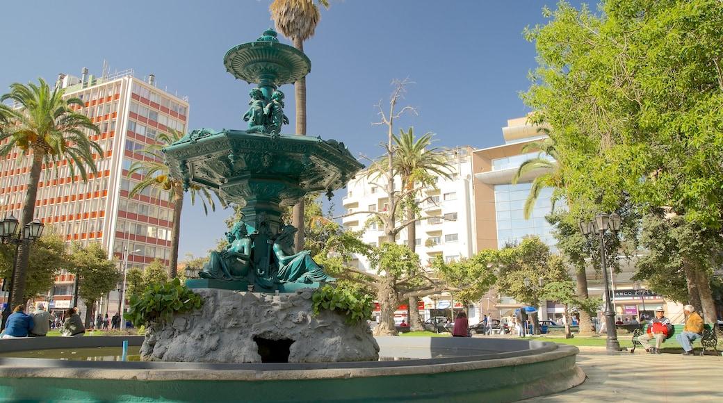 Plaza Victoria que inclui uma fonte e uma cidade