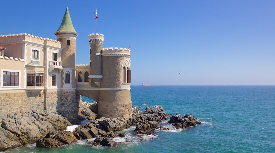 Castelo Wulff caracterizando paisagens litorâneas, elementos de patrimônio e um castelo