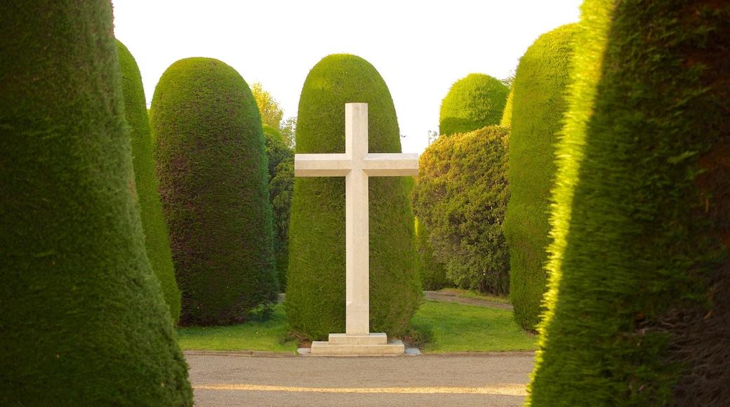 Cimetière de Punta Arenas montrant éléments religieux et jardin