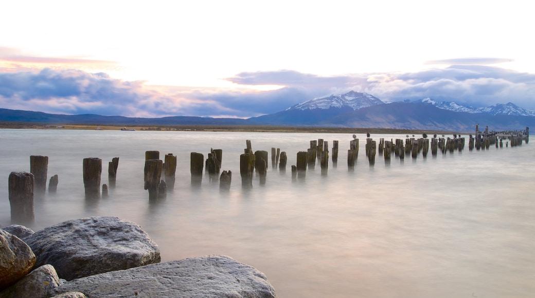 Puerto Natales mostrando un lago o laguna, vistas panorámicas y un atardecer