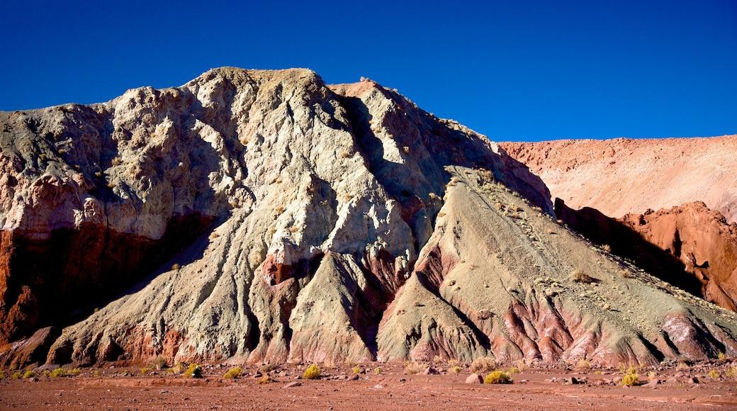 Valle del Arcoiris das einen Wüstenblick