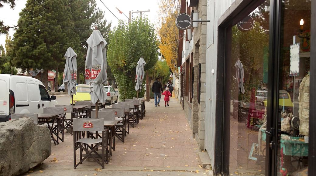 El Calafate que incluye escenas de café y una pequeña ciudad o aldea