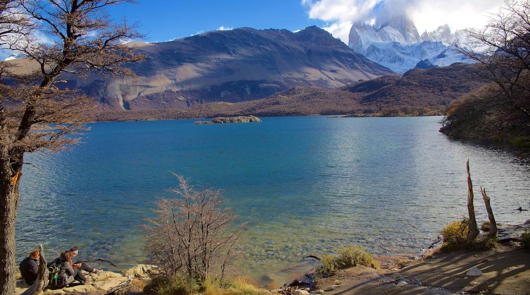 Parque Nacional Los Glaciares mostrando montañas, niebla o neblina y un lago o espejo de agua