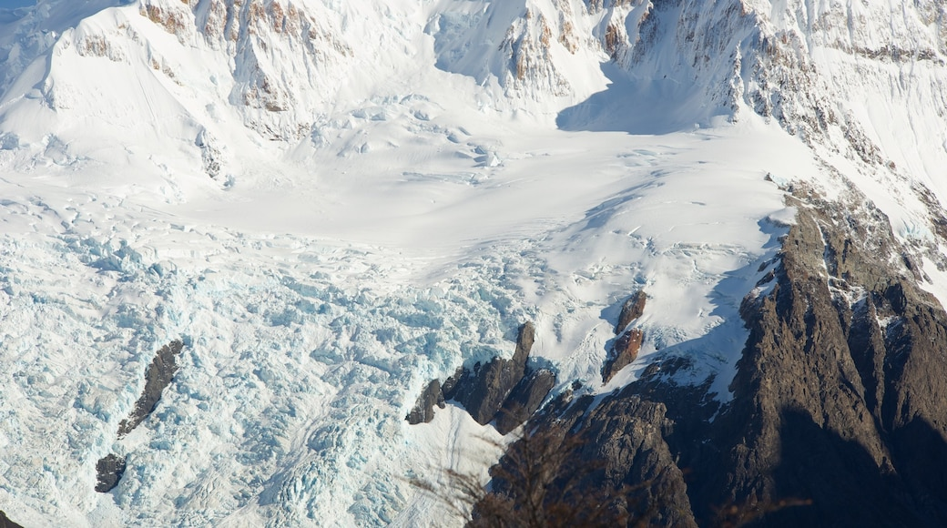 Parque Nacional Los Glaciares ofreciendo montañas y nieve