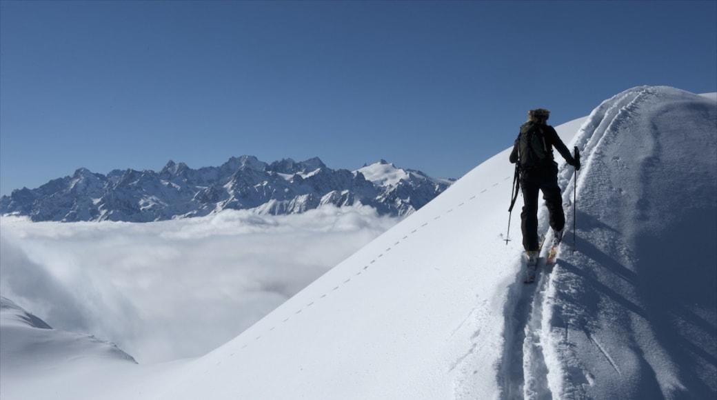 Estación de esquí Verbier que incluye esquiar en la nieve y nieve y también un hombre