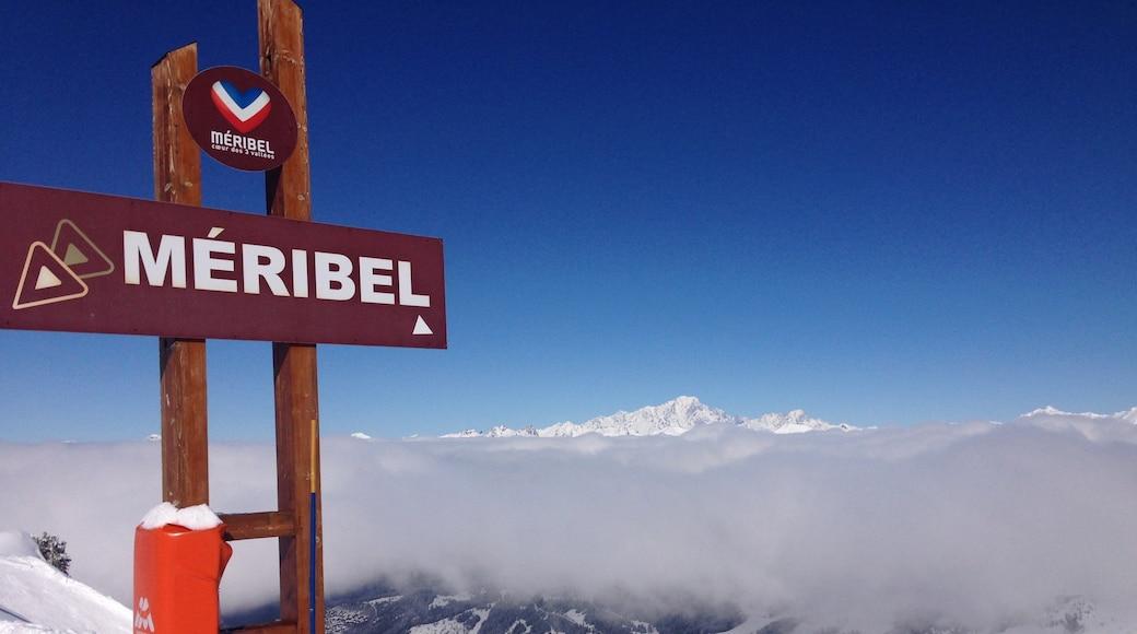 Station de ski de Méribel qui includes brume ou brouillard, signalisation et neige