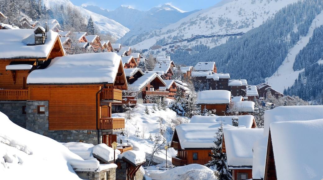 Station de ski de Méribel mettant en vedette neige et petite ville ou village