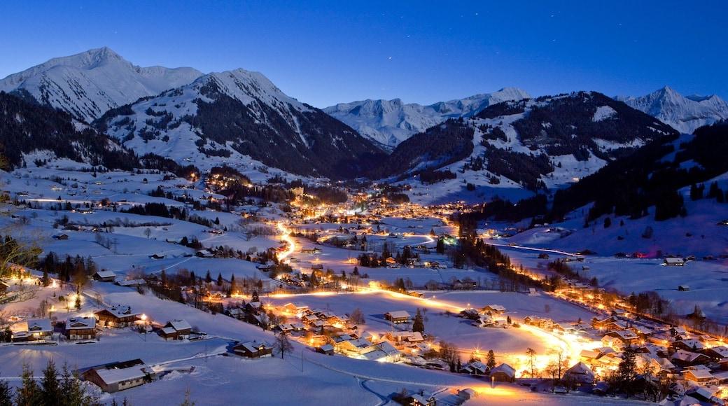 Gstaad mettant en vedette petite ville ou village, neige et scènes de nuit