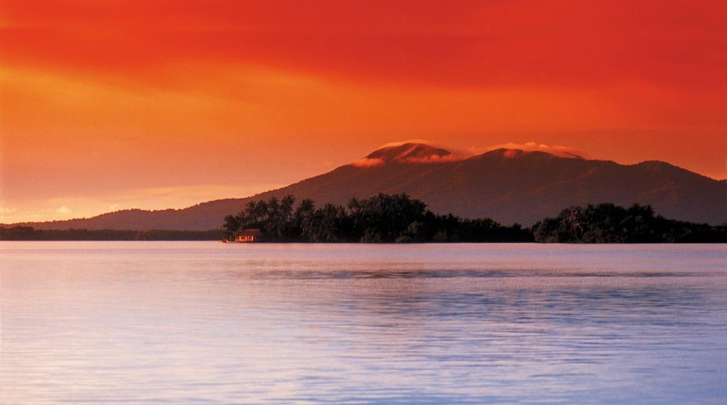 Islas Salomón ofreciendo montañas, una puesta de sol y vistas generales de la costa