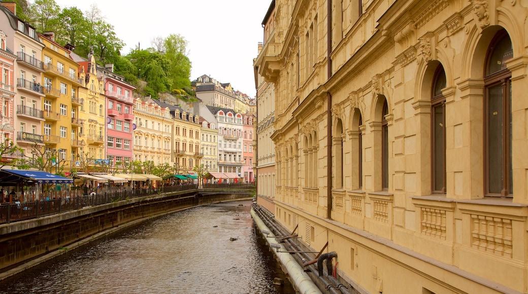 Karlovy Vary som inkluderar en stad och en å eller flod