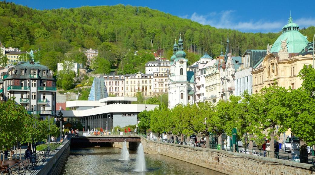 Karlovy Vary das einen Fluss oder Bach, Stadt und Springbrunnen