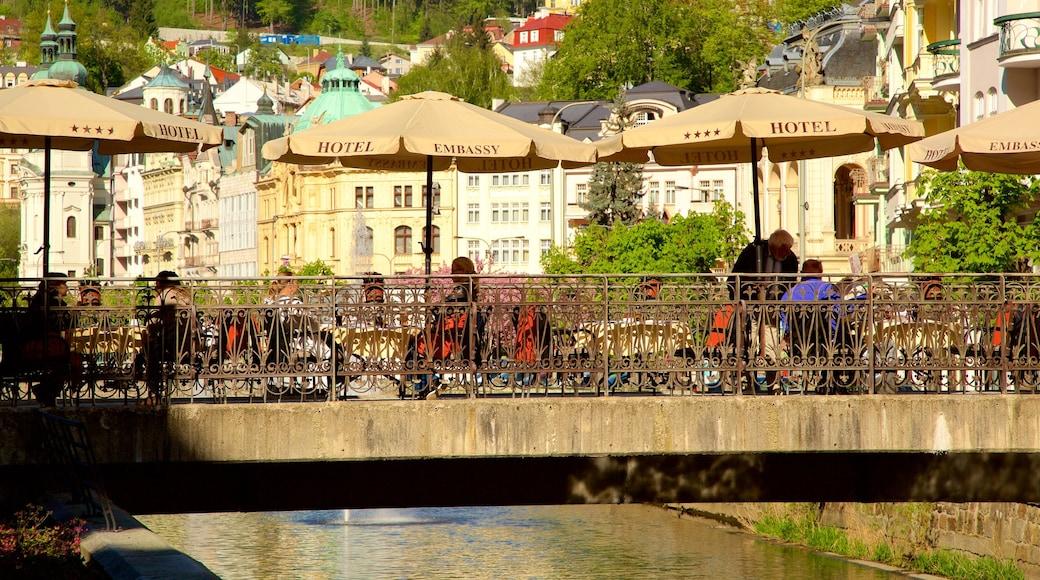 Karlovy Vary som visar en stad och en å eller flod