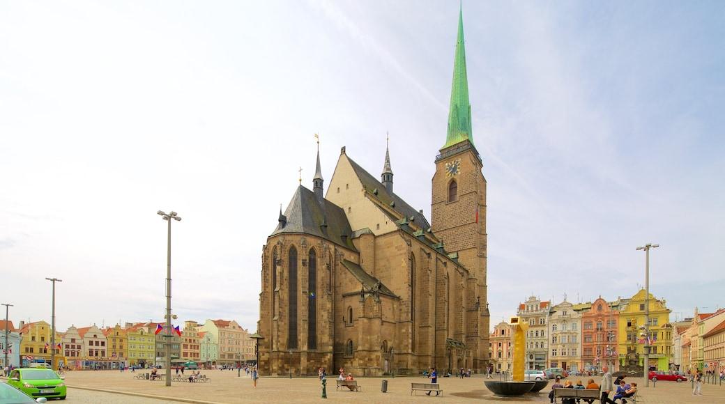 Plzen som omfatter en by, en plads eller et torv og historiske bygningsværker