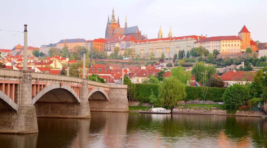 Kasteel van Praag bevat een stad, een brug en een rivier of beek
