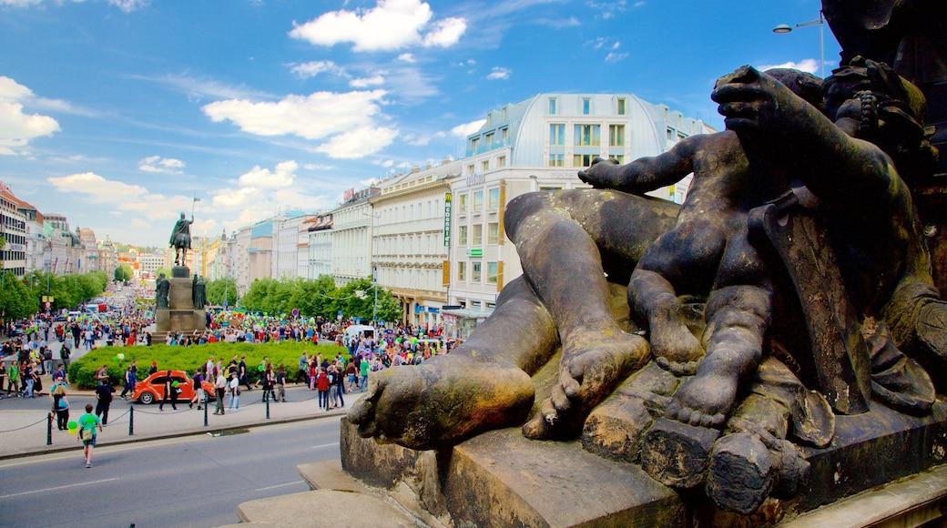 Piazza di San Venceslao che include oggetti d\'epoca, statua o scultura e città
