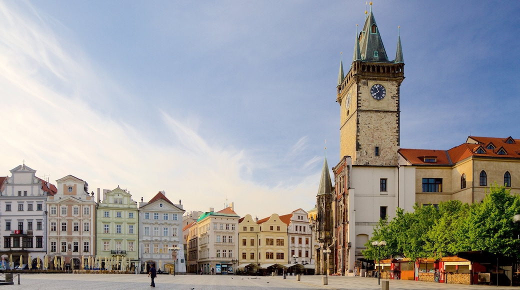 Altstädter Rathaus welches beinhaltet Platz oder Plaza und Stadt
