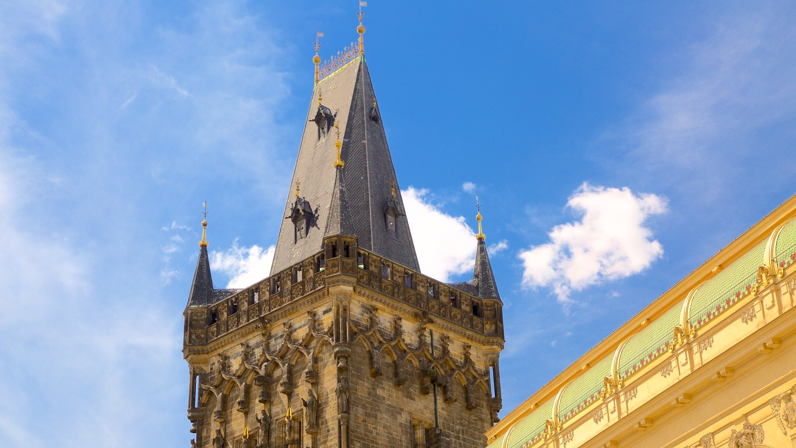 走過這座壯麗宏偉的建築,想像昔日古城牆內的布拉格。